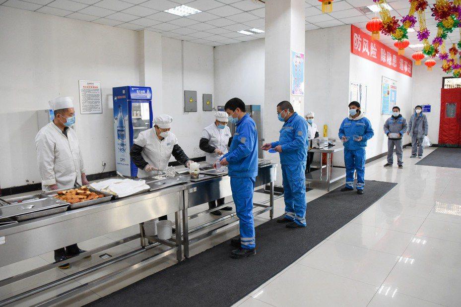 中國官方數據顯示,目前新疆有76個新冠病毒確診案例,與2個死亡案例。圖/新華社