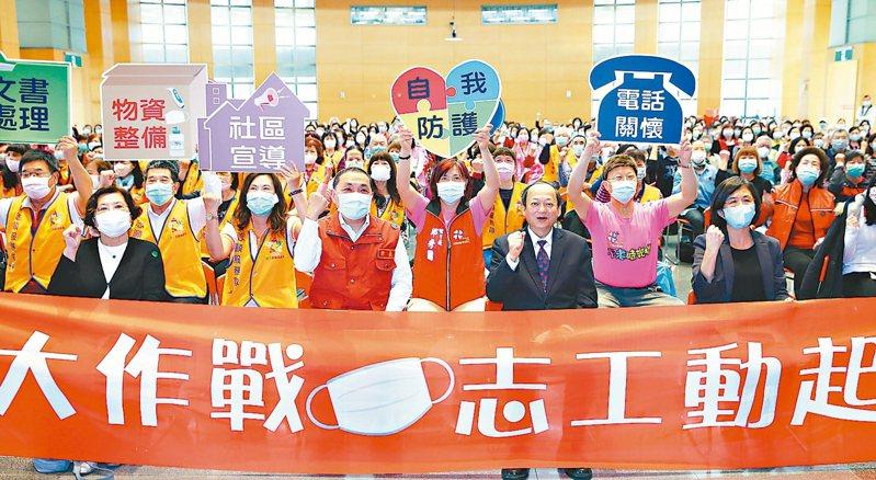 新北市昨成立「防疫志工隊」,邀請前衛生署長葉金川(中)等人為600位志工教育訓練。 記者杜建重/攝影