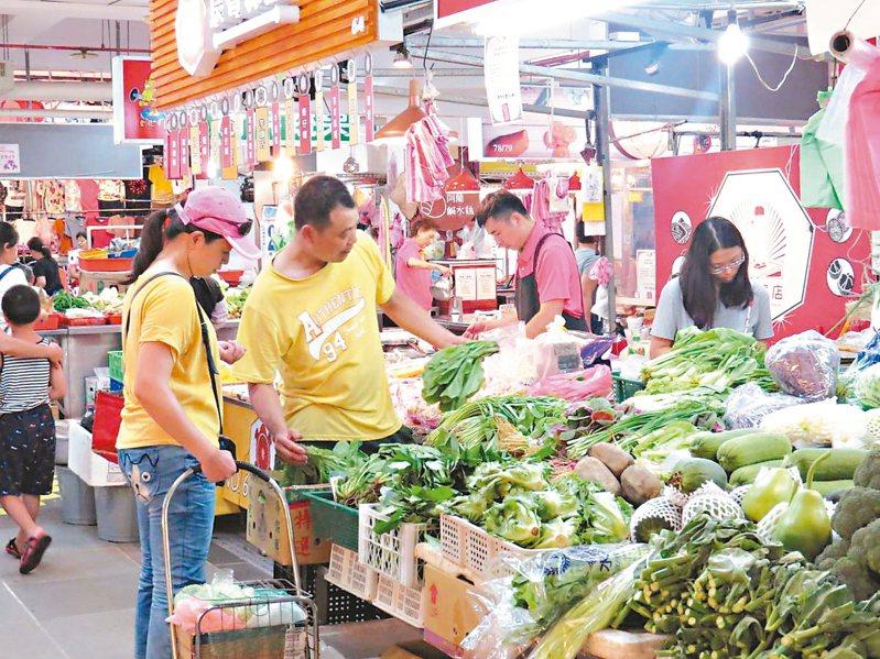 金龍市場獲得108年度經濟部品牌市集認證,為打破傳統市場的族群界線,由市府輔導建置專屬線上商店。 圖/新北市市場處提供