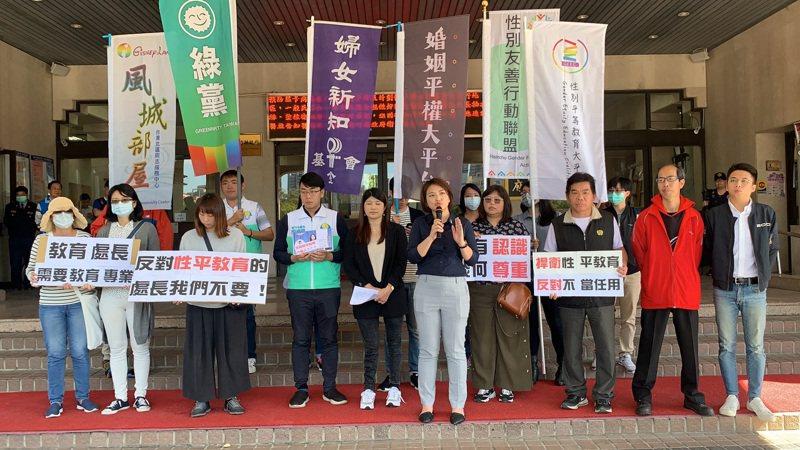 綠黨與性平團體昨在縣府門口呼籲縣長重新任命教育處長。記者陳斯穎/攝影