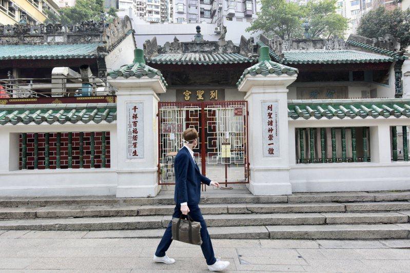 新冠肺炎疫情持續延燒,香港東華三院屬下的上環文武廟、列聖宮、善德宮及文武別苑臨時關閉14天。 (中通社)