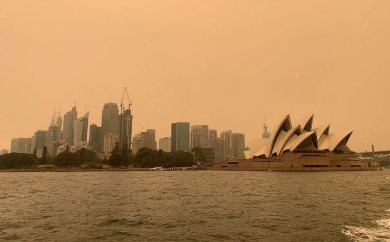澳洲野火肆虐導致雪梨籠罩在濃厚的霧霾之下。  (路透)