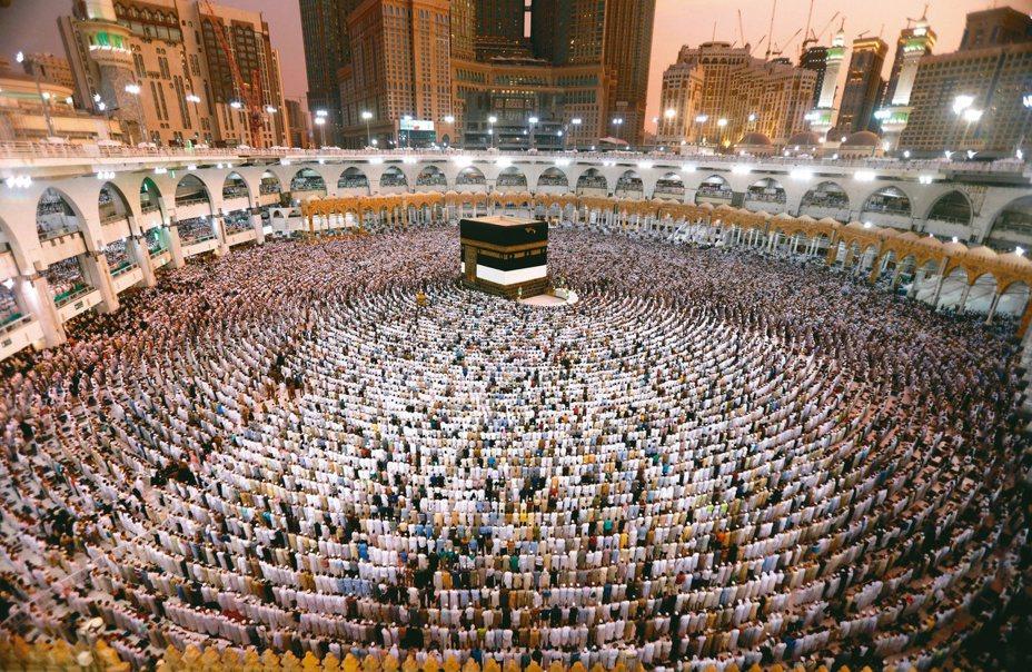 圖為在沙烏地阿拉伯麥加的大清真寺內,參與朝聖的穆斯林圍繞中間的天房膜拜情形。圖/路透