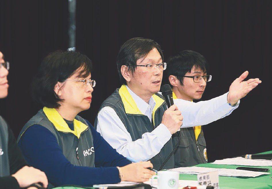 指揮中心監測應變官莊人祥(右二)表示,因他並不在行政院會現場,故指揮中心升級原因...