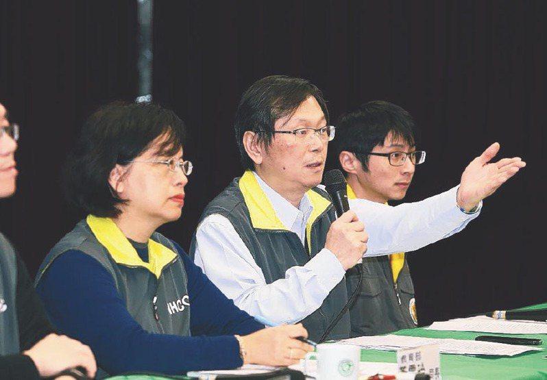 指揮中心監測應變官莊人祥(右二)表示,因他並不在行政院會現場,故指揮中心升級原因,以行政院超前部署說法為主,詳情可能要問政院發言人。報系資料照