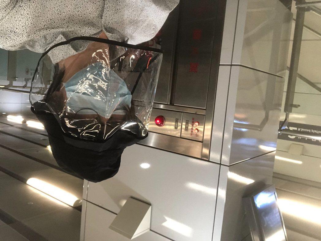 林隆璇以高規格防疫裝備搭乘高鐵。圖/摘自臉書