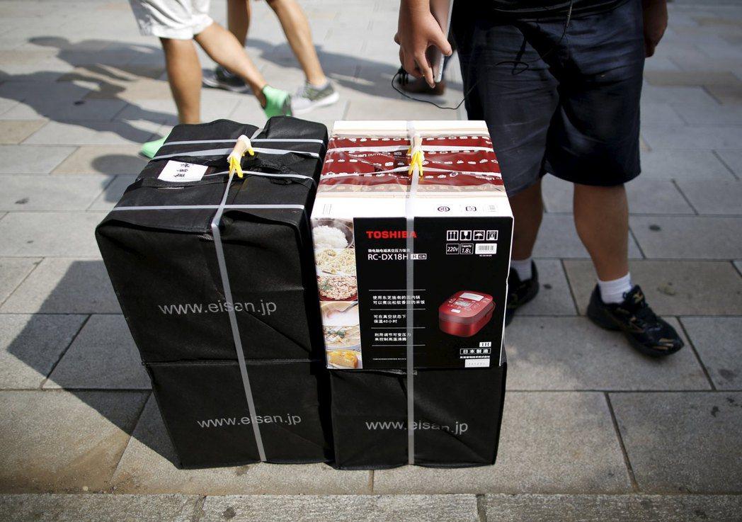 赴日陸客不但人數居冠,消費力更令日本許多業者封為上賓。圖為陸客赴日曾瘋狂「爆買」...