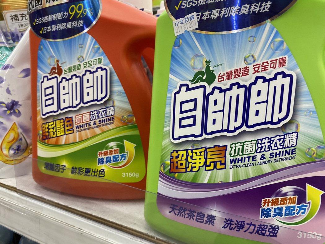 新冠肺炎升溫,標榜「殺菌」、「消毒」的生活用品成為賣場熱賣商品。記者鄭維真/攝影