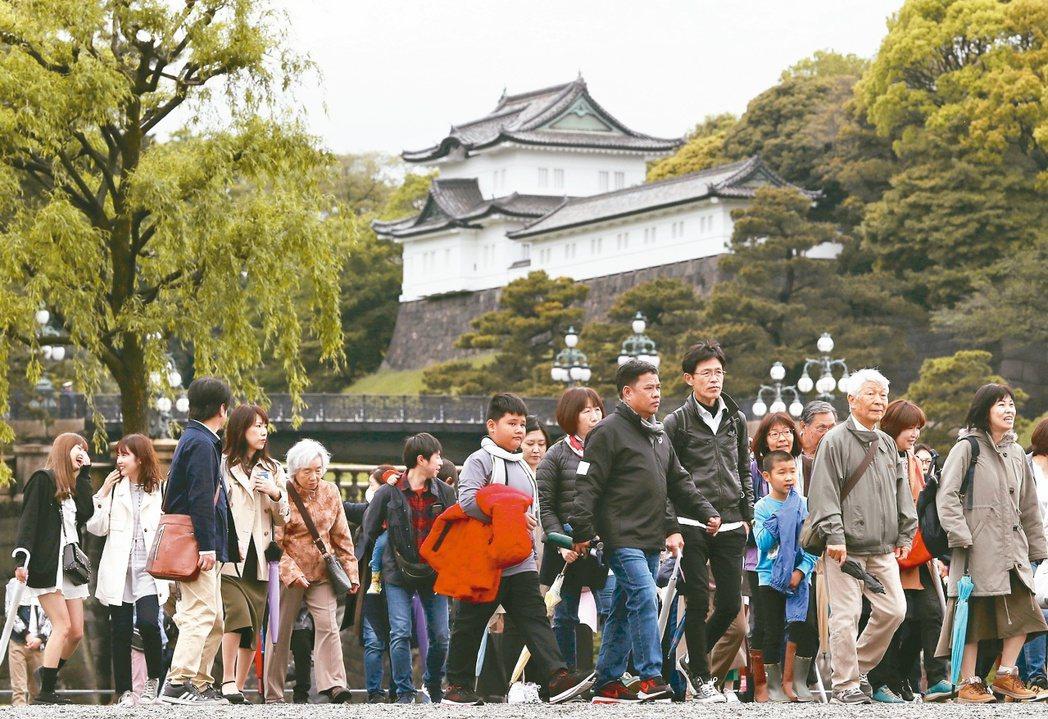 日本皇宮有許多日本民眾和觀光客參觀。(歐新社)