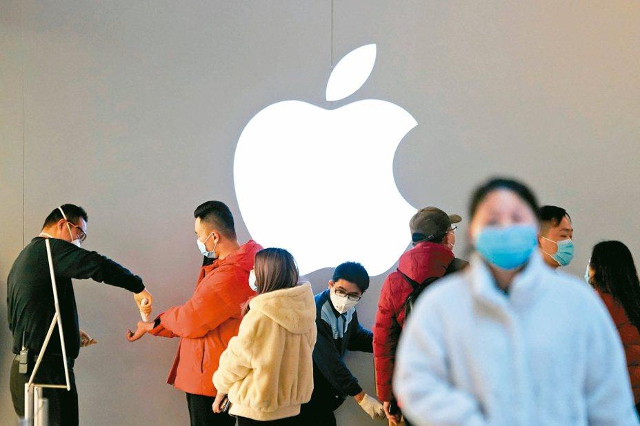 中國大陸上海的Apple Store為入店顧客測量體溫。 路透