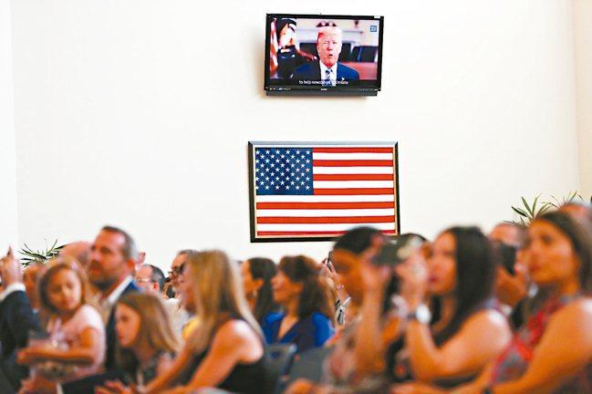 美國移民持續增加,圖為美國新公民歸化儀式檔案照。 美聯社