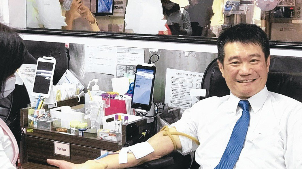 捐血抗疫。王品集團執行長李森斌今日帶領西堤牛排同仁挽袖捐血,他表示台灣地區今年仍...
