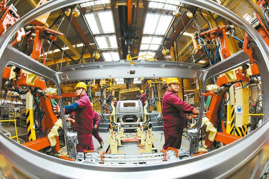 圖為中國大陸山東省一家汽車廠,工人在生產線上組裝車輛。 路透