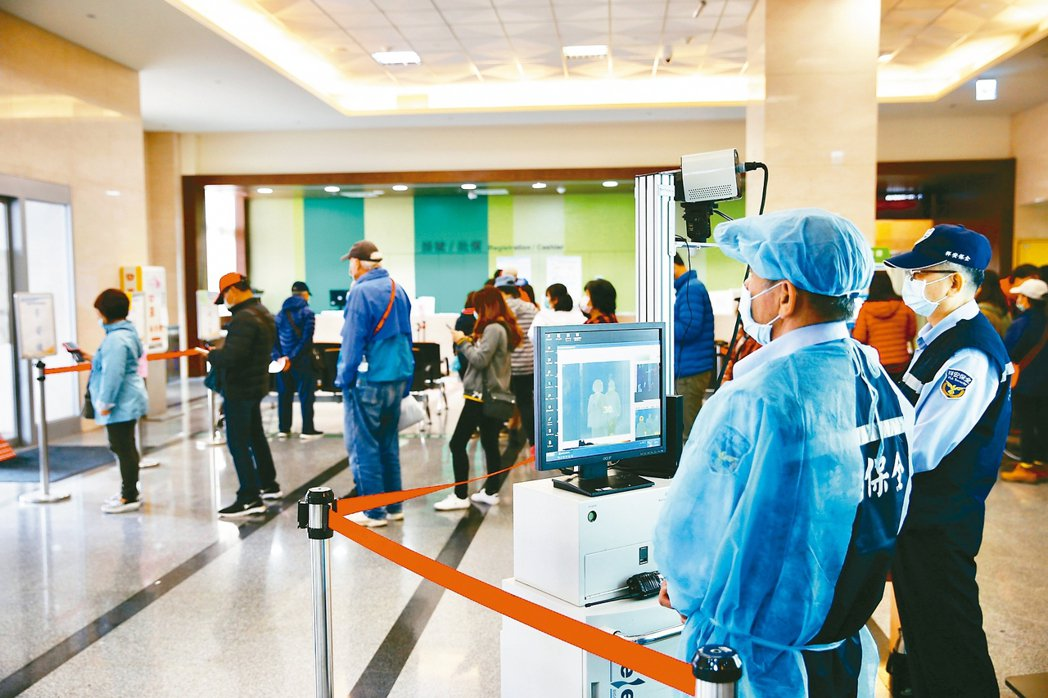 行政院長蘇貞昌上午宣布中央流行疫情指揮中心,從二級提升為一級開設,衛福部長陳時中...