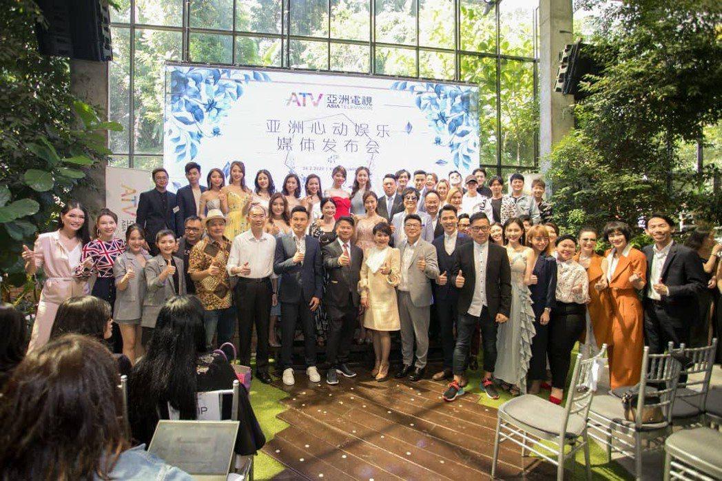 亞洲心動娛樂高層與新馬港臺藝人合影歡慶。亞洲心動娛樂/提供