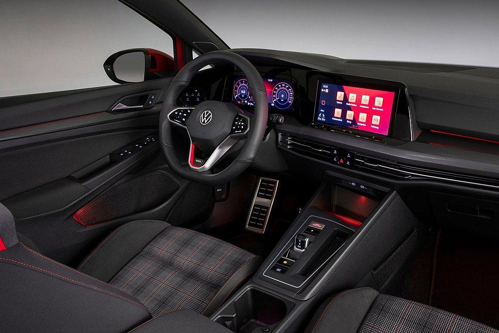 全新第八代福斯Golf GTI依舊延續方格圖騰運動座椅設計,新式多功能觸控式方向...