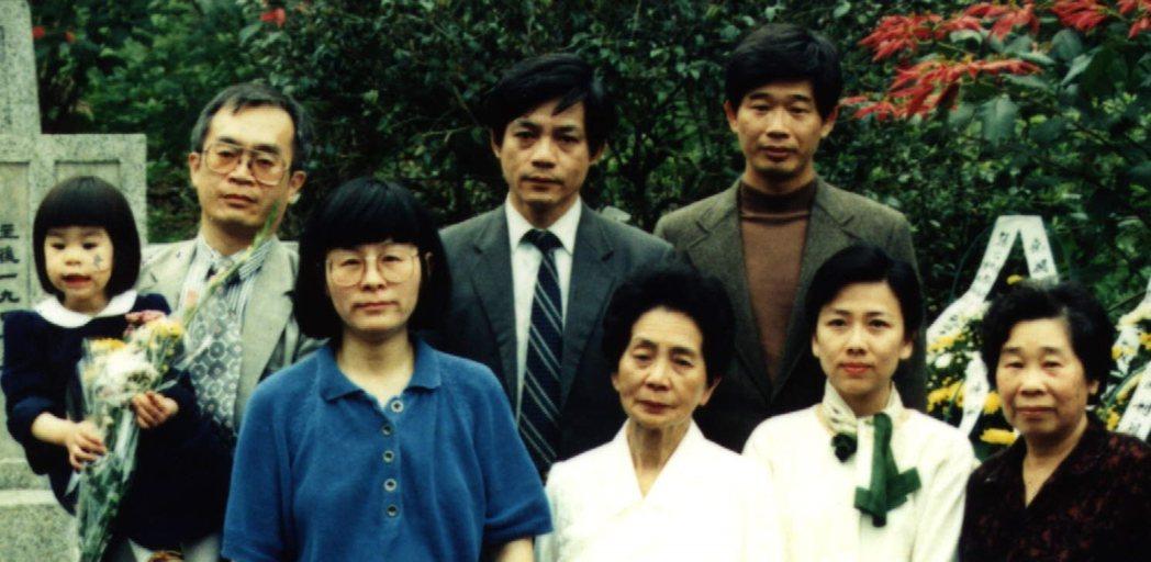 圖為花蓮張七郎父子遺屬,前排右一為三男張果仁遺孀張玉蟬,攝於1997年。 圖/聯合報系資料照