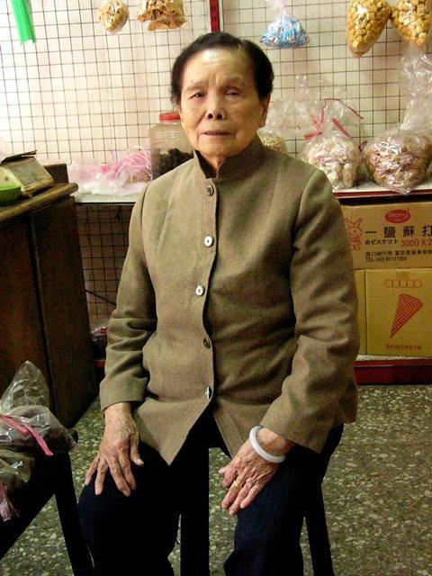 二二八事件爆發時,時任八堵車站副站長許朝宗遭劫持帶走,圖為遺孀許江春,攝於2004。  圖/聯合報系資料照