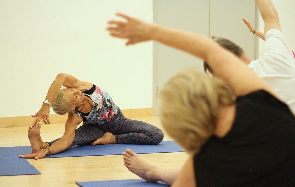 平時有腰痠背痛症狀的老年人,一定要找時間多伸展一下筋骨,避免久坐不動。 圖/pi...