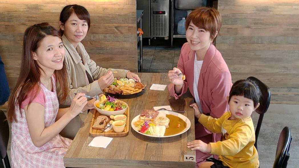 漫時光親子早午餐廳深受部落客Moni(左下)、咕溜魚(左上)、汀尼扣與女兒mim...