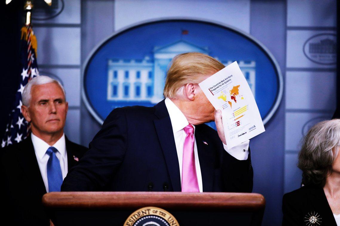 美國總統川普為了穩定民心、統整防疫,26日晚間也在白宮召開疫情記者會,並指定副總...