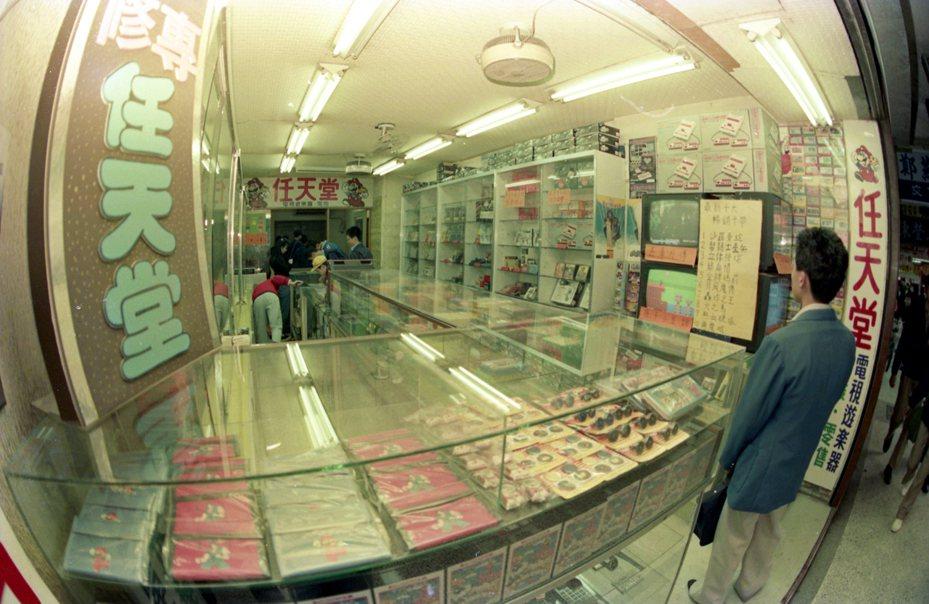 圖為1988年台灣的任天堂電視遊樂器販售店。報系資料照