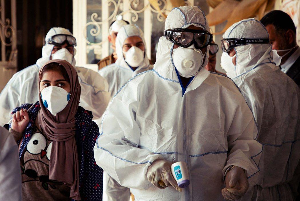中國境外的新型冠狀病毒感染病例大暴增,引發了國際疫情升級至「全球大流行」(pan...