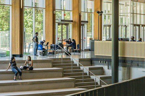 現今大學除重視學術研究及教學表現外,也日趨注重如何跨域連結與合作,聚焦於社會公益...