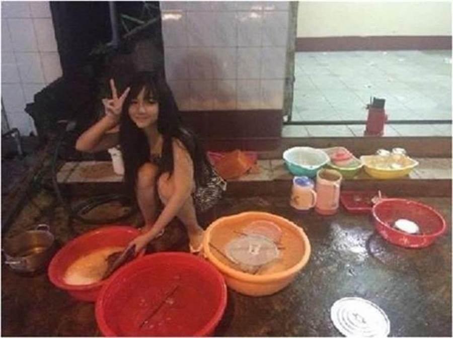 Nguyễn Yến當年以這張洗碗照意外爆紅。(圖翻攝自臉書/Nguyễn Yế...