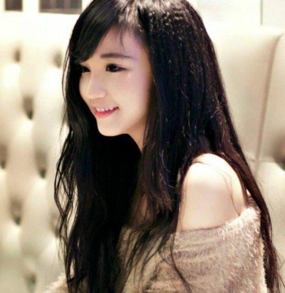 飄逸長髮與白晰皮膚讓眾網友冒出粉紅泡泡。(圖翻攝自臉書/Nguyễn Yến)
