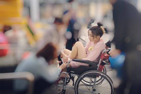 模特兒出道的女星曾智希最近成了綜藝節目寵兒,不過卻傳出錄影途中受傷急送醫,她今(27)日在臉書透露此事過程,對於因受傷造成錄影中斷,她表示「真的很抱歉!」曾智希在臉書曝光當時現場照片,可看見她因傷坐...