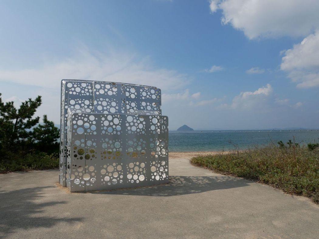 沿著海邊慢慢的散步,欣賞著與大自然結合的藝術創作。