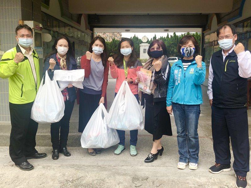 新北市議員賴秋媚跟泰山區公所到泰山國小及泰山國中發送2000個布口罩套,希望能幫助孩子減少一般醫療口罩的使用量。 圖/永佳樂有線電視提供
