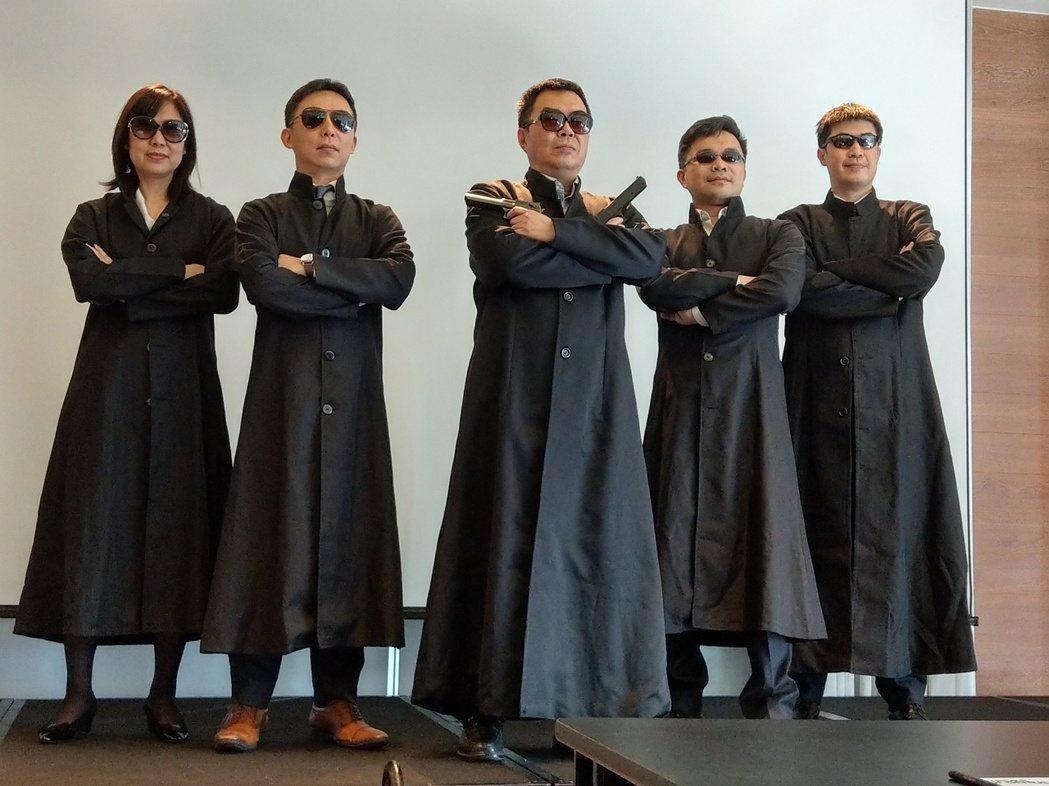 國泰投信總經理張雍川(圖中)率ETF團隊以電影《駭客任務》造型出場,宣傳即將推出...