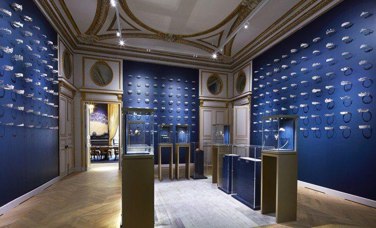 CHAUMET總店陳列著數百件的鎳鐵冠冕模型的冠冕沙龍。圖/CHAUMET提供