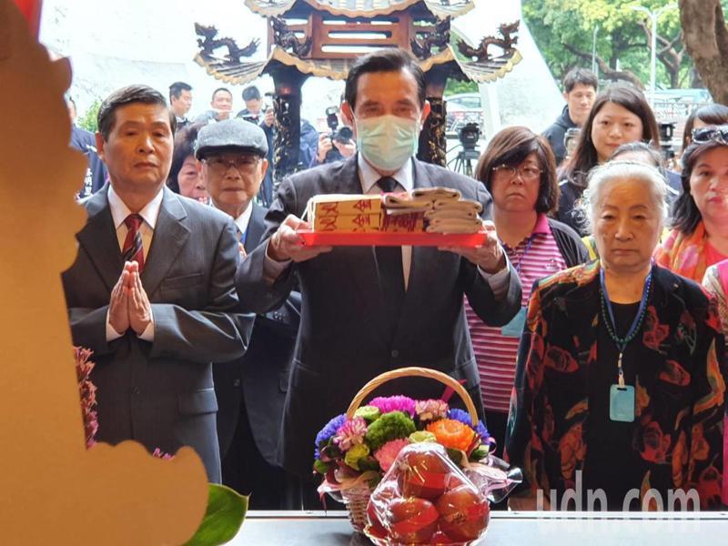 前總統馬英九上午前往二二八和平公園福德宮參拜。記者楊正海/攝影