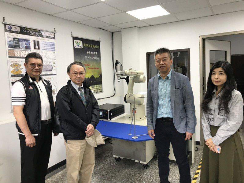 台科大機械系教授郭俞麟(右二)運用大氣電漿技術打造「大氣電漿拋棄式口罩清潔台」,能去除口罩異味和滅菌,延長使用壽命。記者潘乃欣/攝影