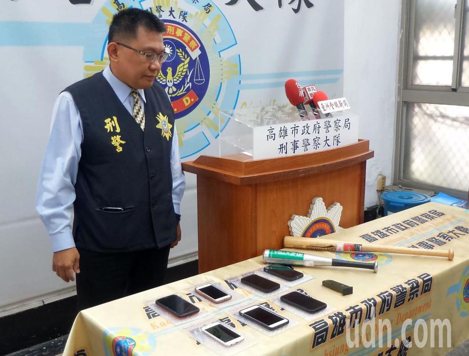 警方將「新鼎金幫」成員移送法辦,展示涉案手機及球棒。記者林保光/攝影