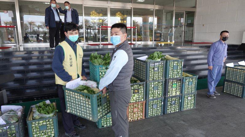 台塑六輕購買大批蔬菜送給員工,幫助農民解決疫情滯銷問題。記者蔡維斌/攝影