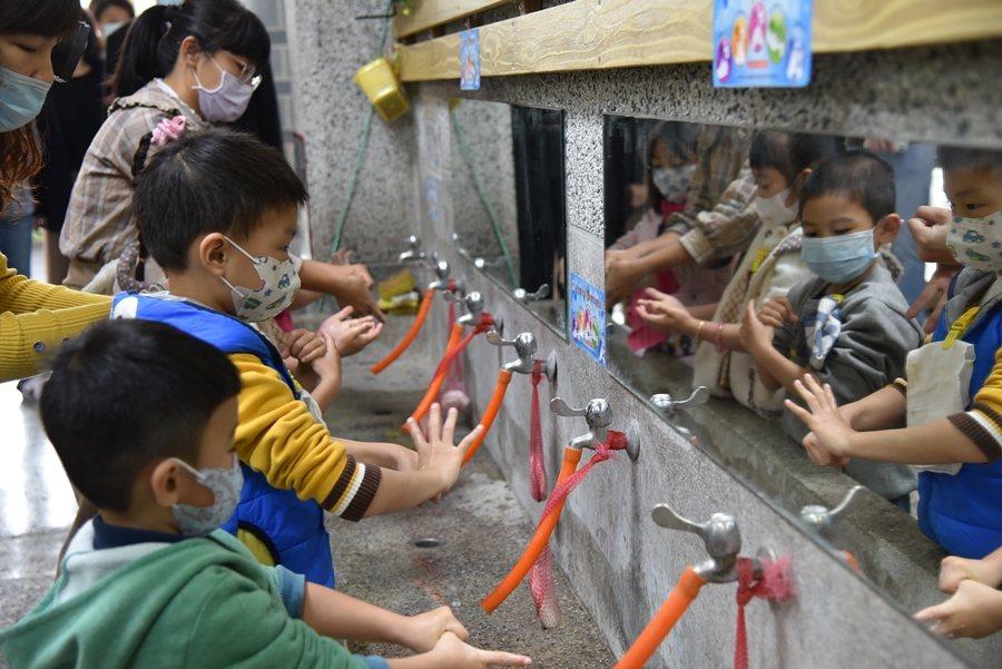 賴明詔認為,病毒變異速度遠比研究快,只有多洗手才能保護自己。圖/南投縣政府提供