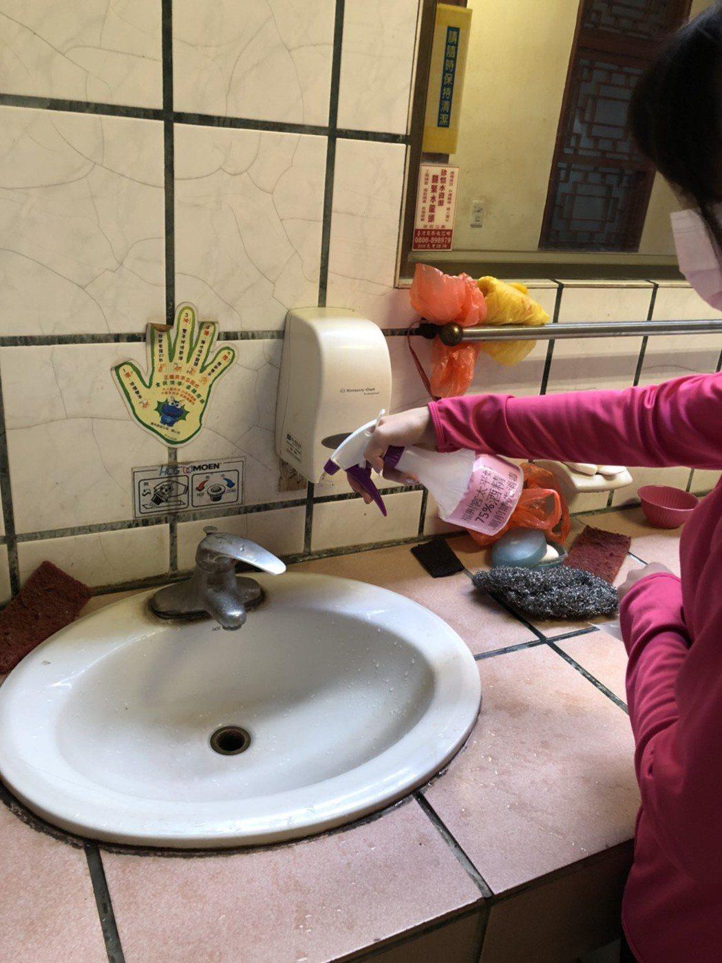 福興宮消毒工作包括廁所水龍頭。圖/西螺福興宮提供