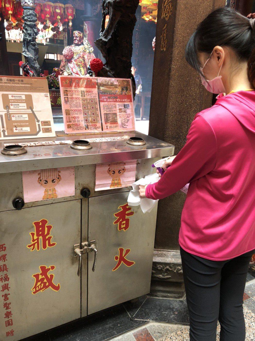西螺福興宮每天都會將竹籤、點香器等民眾常接觸的物品進行消毒。圖/西螺福興宮提供