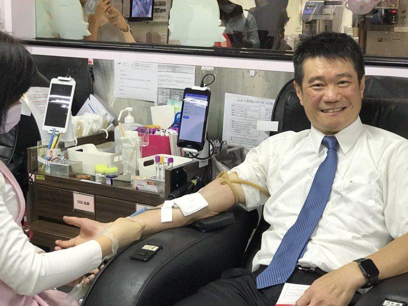 王品集團執行長李森斌帶領西堤牛排同仁一起挽袖捐血。 記者嚴雅芳/攝影