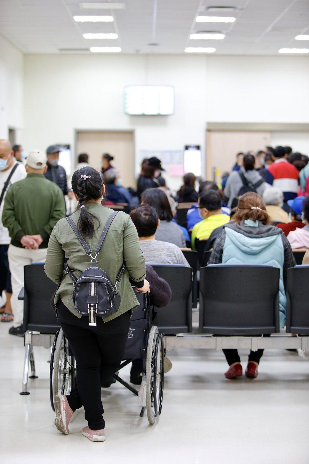 中央流行疫情指揮中心昨天公布新冠肺炎新增確診第32例,為30多歲女性印尼籍醫院看...