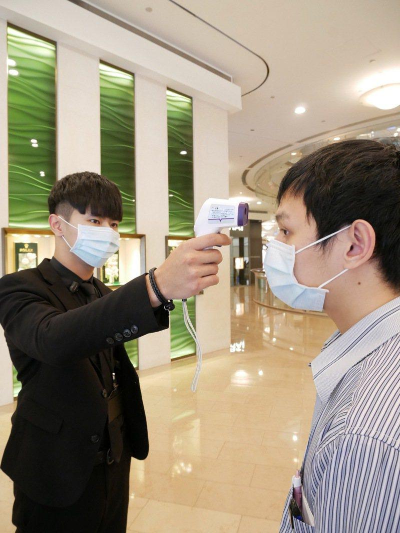 台北101將自28日起100%量體溫,凡體溫超過37.5的顧客或工作人員,一律勸離並勸導就醫,也是國內第一個率先宣布此防疫措施的百貨商場。 圖/台北101提供