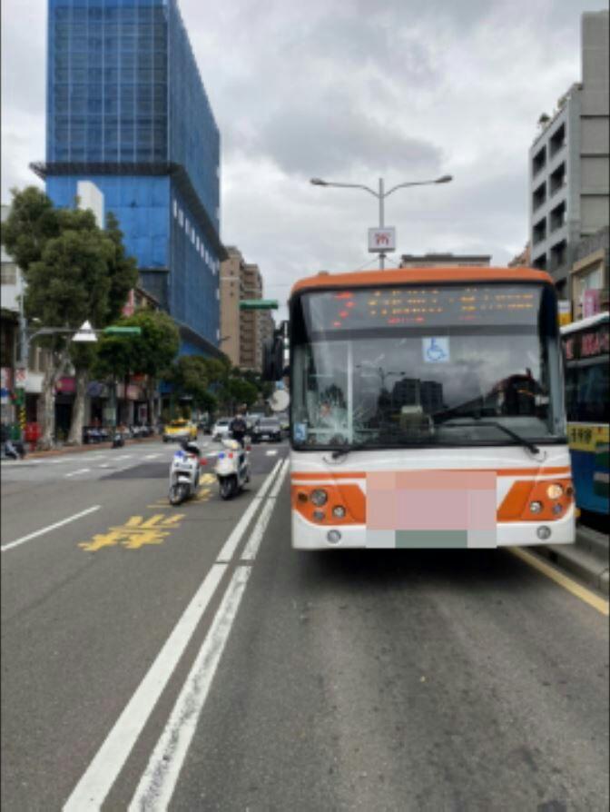 老翁疑似未依照路口號誌穿越道路,與公車發生碰撞。記者蕭雅娟/翻攝