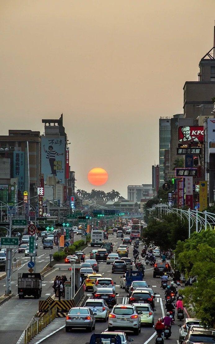 嘉義市民族路(文化路以西)3月10日至12日傍晚,在無雲遮下將可觀看懸日景象。圖...