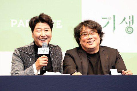 奧斯卡最佳影片得主「寄生上流」導演奉俊昊與男主角宋康昊27日各捐贈1億韓元(約新台幣250萬元),協助對抗新冠肺炎。