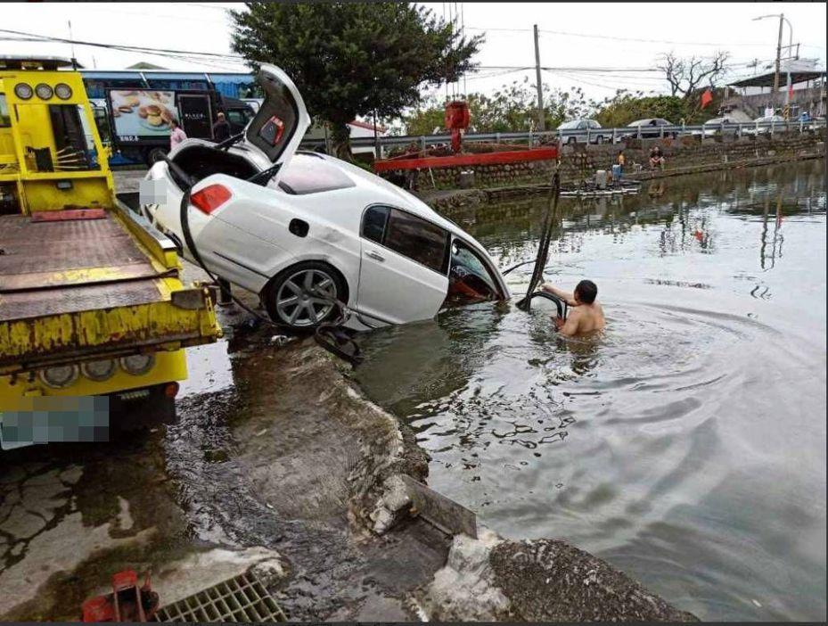 本月13日白色賓利轎車衝進釣魚池,車主雇用拖吊車營救。圖/翻攝爆料公社