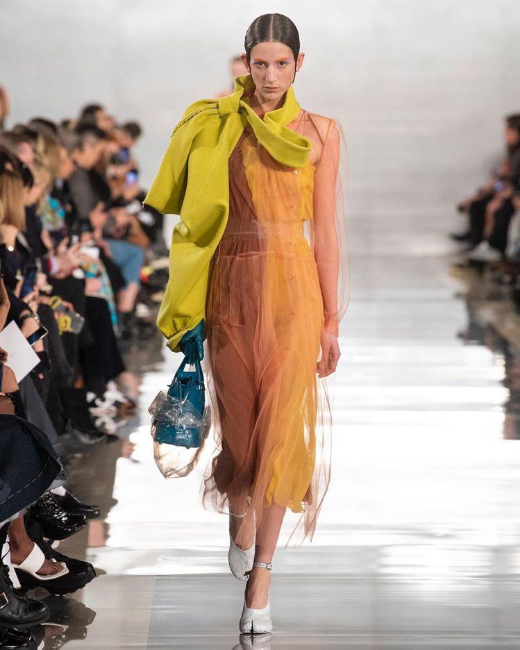 Maison Margiela 2020秋冬女裝在解構中有復古的氛圍。圖/取自I...